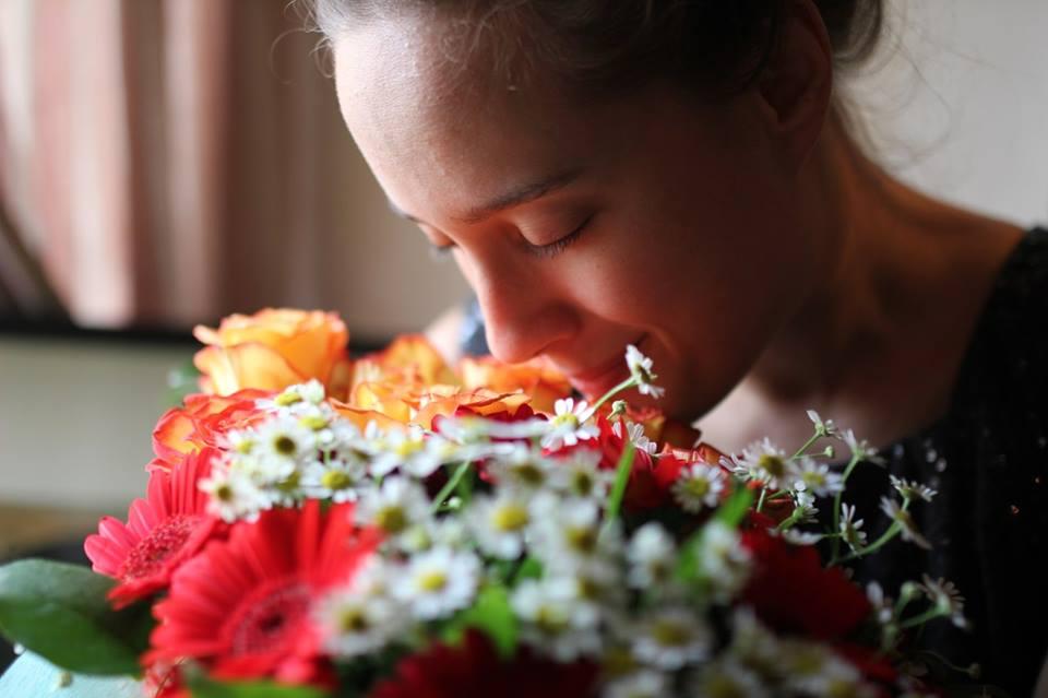 И она нюхает цветы